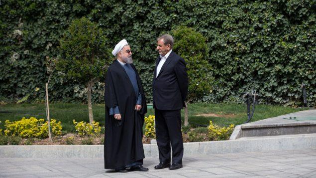 روحانی و جهانگیری در حیاط دفتر ریاست جمهوری