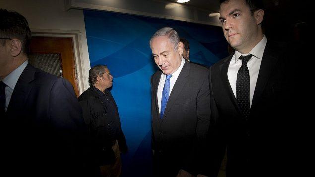 تصویر: دیوید کیز، چپ، به همراه بنیامین نتانیاهو نخست وزیر، در حال رفتن به جلسه هفتگی کابینه در اورشلیم، ۱۱ مارس ۲۰۱۸. (AP Photo/Oded Balilty, pool)