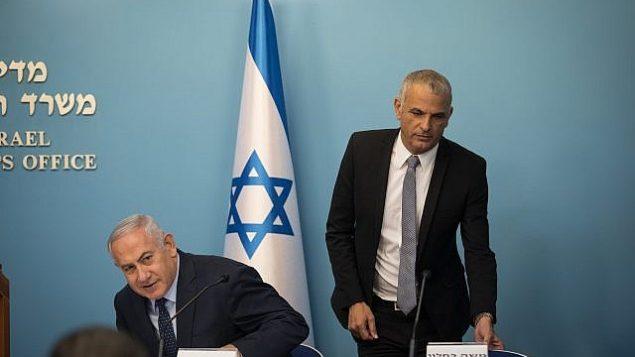 تصویر: بنیامین نتانیاهو، چپ، با موشه کهلون وزیر دارایی در کنفرانس خبری، دفتر نخست وزیر، اورشلیم، ۹ اکتبر ۲۰۱۸. (Hadas Parush/Flash90)