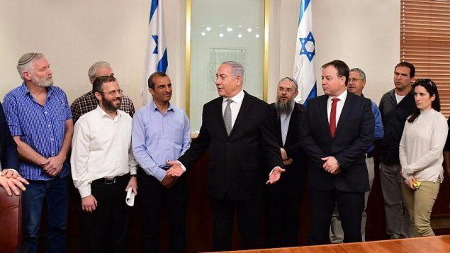 تصویر: بنیامین نتانیاهو نخست وزیر، وسط، در ملاقات با رهبران شهرکنشینها در دفتر خود، ۲۵ فوریه ۲۰۱۸.  (Amos Ben Gershom/GPO)