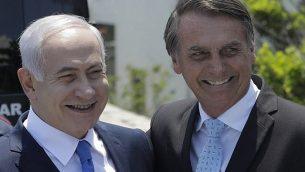 تصویر: بنیامین نتانیاهو، چپ، و جیئر بولسونارو رسیس جمهور منتخب برزیل پس از بازدید از کنیسای کهیلات یاکوف، ریو دو ژانیرو، برزیل، خارج می شوند، ۲۸ دسامبر ۲۰۱۸. (Leo Correa/Pool Photo via AP)