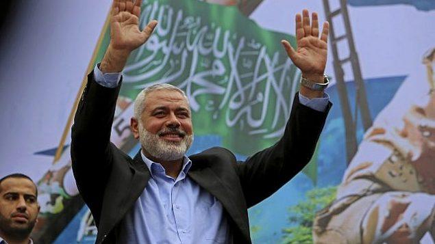 تصویر: در عکسی از ۱۲ دسامبر ۲۰۱۴، اسماعیل هانیه رهبر حماس در خوشامدگویی به هواداران در راهپیمایی یادبود بیست و هفتمین سالگرد تاسیس گروه تروریستی حماس در جاده اصلی جبلیه، شمال نوار غزه.  (AP Photo/Adel Hana)