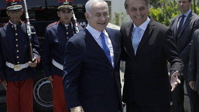 تصویر: بنیامین نتانیاهو نخست وزیر اسرائیل، وسط چپ، در پایگاه نظامی فورت کوپاسابانا، ریو دو ژانیرو، برزیل، مورد استقبال جیئر بولسونارو رئیس جمهور منتخب برزیل قرار گرفت، ۲۸ دسامبر ۲۰۱۸.  (Leo Correa/Pool Photo via AP)