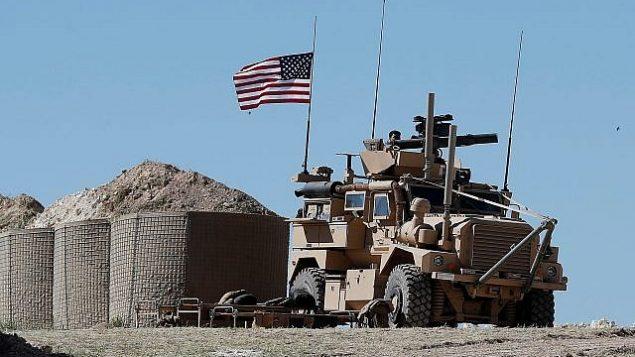 تصویر: خودروهای زره-پوش نیروهای ایالات متحده از نزدیکی روستای یالانلی، حومه غربی منبیج در شمال سوریه می گذرند، ۵ مارس ۲۰۱۷. (DELIL SOULEIMAN/AFP)