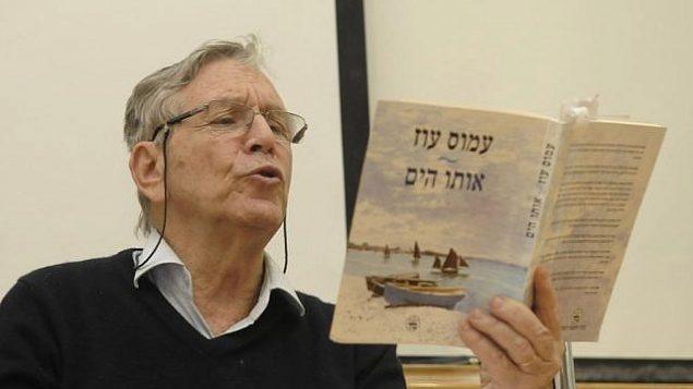 تصویر: عکسی از آموس او نویسنده اسرائیلی در خانه اش در تل آویو، نوامبر ۲۰۱۵.  پنجشنبه ۲۰ آوریل ۲۰۱۷ اوز نامزد جایزه بین المللی بوکر مان برای رمان خود «یهودا» شده بود. (Courtesy Dan Balilty/AP)