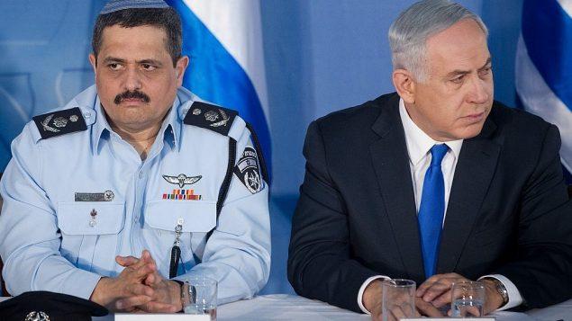 تصویر: رانی الشیخ کمیسیونر پلیس، چپ، و بنیامین نتانیاهو نخست وزیر در مراسم استقبال از الشیخ در آغاز دوره اول وی، در دفتر نخست وزیر در اورشلیم، ۳ دسامبر ۲۰۱۵. (Miriam Alster/FLASH90)