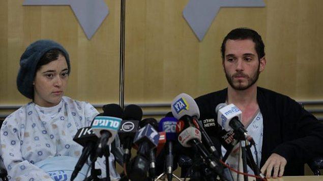 تصویر: شیرا، چپ، و آمیخای ایش-ران، که هر دو هفته گذشته هنگامی که یک فلسطینی تروریست به روی اسرائیلی ها در نزدیکی شهرک اوفرا آتش گشود، زخمی شدند، در بیمارستان شئاره زیدیک، در کنفرانس مطبوعاتی، اورشلیم، ۱۶ دسامبر ۲۰۱۸. (Yonatan Sindel/FLASH90)