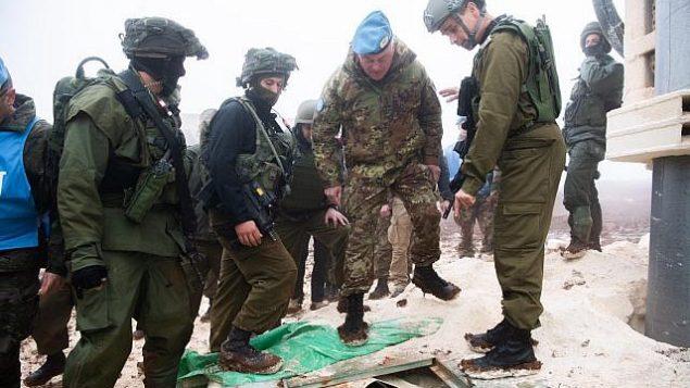 تصویر: سربازان اسرائيلی به کلنل استفانو دل کل فرمانده نیروهای موقت سازمان ملل در لبنان یکی از تونل های حزب الله که از جنوب لبنان به داخل خاک اسرائیل کشیده شده را نشان می دهند، ۶ دسامبر ۲۰۱۸.  (Israel Defense Forces)