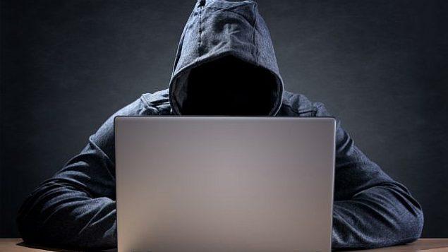 عکس تزئینی از یک هکر، از طریق شاتراستاک