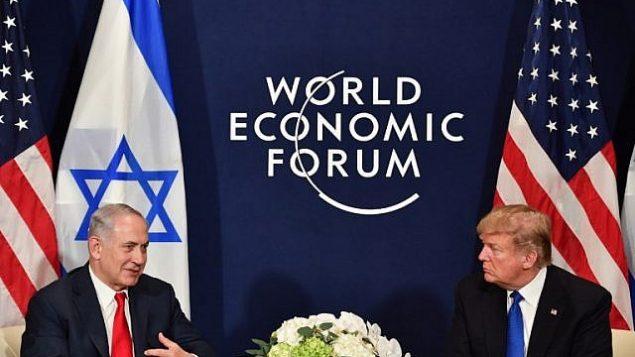 تصویر: دونالد ترامپ رئیس جمهور ایالات متحده و بنیامین نتانیاهو نخست وزیر حین جلسه دوجانبه در حاشیه نشست سالانه انجمن اقتصاد جهانی (دبلیو ای اف) در داوس، سوؤیس شرقی، ۲۵ ژانویه ۲۰۱۸.  (AFP Photo/Nicholas Kamm)