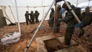 سربازان اسرائیلی دورتادور ورودی حفره ای ایستاده اند که به گفته ارتش به تونلی می رسد که از سوی گروه تروریستی حزب الله از مرز لبنان به اسرائيل، نزدیکی متولا، حفر شده است، ۱۹ دسامبر ۲۰۱۸.  (AP Photo/Sebastian Scheiner)