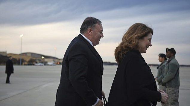 تصویر: مایک پمپئو وزیر خارجه ایالات متحده به همراه همسرش سوزان پمپئو پیش از خروج از جوینت بیس آندروز و سوار شدن به هواپیما، ۷ ژانویه ۲۰۱۹. (Andrew Caballero-Reynolds/Pool Photo via AP)