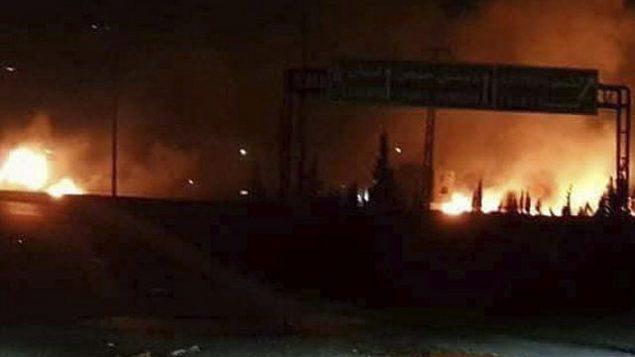 عکسی از شعله های آتش در پی حمله به ناحیه ای در قسوه، جنوب دمشق، که معروف است محل چندین پایگاه نظامی ارتش سوریه، از سوی خبرگزاری رسمی سوریه منتشر شد، ۹ مه ۲۰۱۸.  (SANA, via AP)