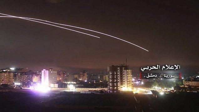 تصویر: تزئینی: موشک ها در عملیاتی که طی آن اسرائیل مواضع دفاع هوایی و دیگر پایگاه های نظامی را می زنند، به هوا برمی خیزند، دمشق، سوریه، ۱۰ مه ۲۰۱۸. (Syrian Central Military Media, via AP)