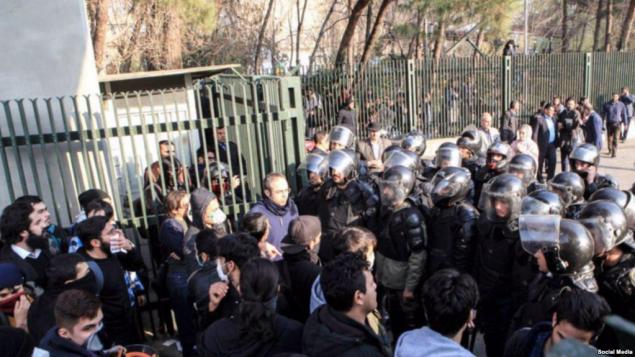 ماموران یگان ویژه پاسداران با دانشجویان دانشگاه تهران در مقابل درب اصلی دانشگاه برخورد می کنند