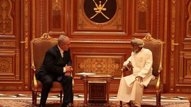 تصویر: بنیامین نتانیاهو نخست وزیر، چپ، در گفتگو با سلطان قابوس بن سعید در عمان، ۲۶ اکتبر ۲۰۱۸. (Courtesy)