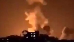 تصویر: درخشش انفجار در اثر  حمله هوایی اسرائیل در نوار غزه شمالی در آسمان شب، ۲۲ ژانویه ۲۰۱۹.  (Screen capture: Facebook)