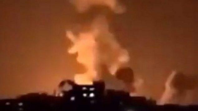 تصویر: درخشش انفجار در اثر  حمله هوایی اسرائیل در نوار غزه شمالی در آسمان شب