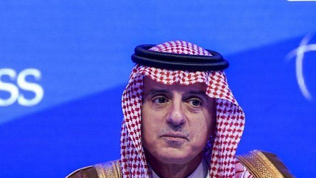 تصویر: عادل الجبیر وزیر خارجه عربستان سعودی حین سخنرانی در چهاردهمین انجمین بین المللی مطالعات استراتژیک گفت و شنود منامه (آی آی اس اس) در منامه پایتخت بحرین، ۲۷ اکتبر ۲۰۱۸.  (Stringer/AFP)
