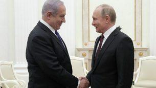 تصویر: ولادیمیر پوتین رئیس جمهور روسیه، راست، حین دست دادن با بنیامین نتانیاهو نخست وزیر در ملاقات ۲۷ فوریه ۲۰۱۹ در کرملین، مسکو. (MAXIM SHEMETOV / POOL / AFP)
