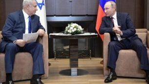 تصویر: ولادیمیر پوتین، راست، در ملاقات با بنیامین نتانیاهو نخست وزیر در اقامتگاه دولتی بوخارف روچی در سوچی، ۲۳ اوت ۲۰۱۷. (AFP Photo/Sputnik/Alexey Nikolsky)