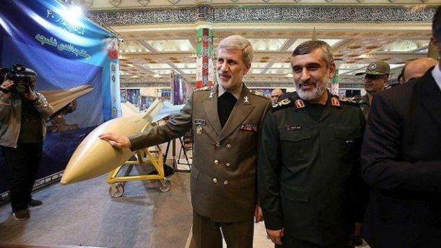 فرمانده نیروی هوافضای سپاه (راست) و وزیر دفاع ایران در مراسم رونمایی از موشک کروز هویزه