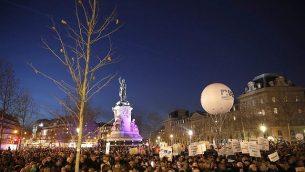 مردم روز سه شنبه ۱۹ فوریه ۲۰۱۹ برای اعتراض علیه یهودی ستیزی در میدان جمهوری پاریس، فرانسه گرد آمده اند.  (AP Photo/Thibault Camus)
