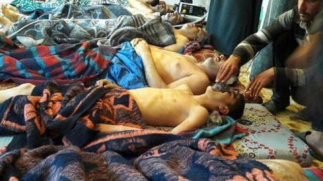 آرشیو – عکسی از ۴ آوریل ۲۰۱۷، قربانیان حمله مظنون به مواد شیمیایی نامعلوم، در خان شیخون، از استان شمالی ادلیب، سوریه، درازکشیده بر زمین قرار داده شده اند. (Alaa Alyousef via AP, File)
