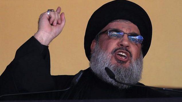 تصویر: در عکسی از ۲۴ اکتبر ۲۰۱۵، حسن نصرالله رهبر حزب الله حین سخنرانی در مقابل جمعیتی در حومه جنوب بیروت، لبنان. (AP Photo/Hassan Ammar, File)