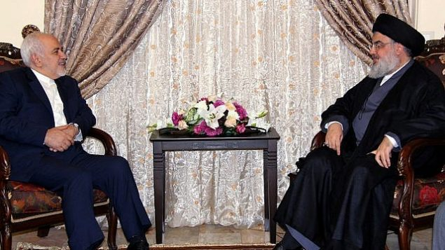 تصویر: در عکسی از دفتر روابط رسانه ای حزب الله، حسن نصرالله رهبر حزب  الله، راست، حین ملاقات با محمدجواد ظریف وزیر خارجه ایران در بیروت، لبنان، ۱۱ فوریه ۲۰۱۹.  (Hezbollah Media Relations Office, via AP)