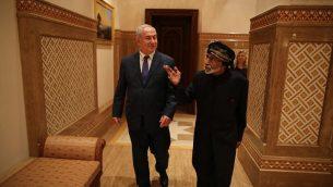 تصویر: بنیامین نتانیاهو نخست وزیر، چپ، با سلطان قابوس بن سعید، سلطان عمان، از کشورهای خلیج، ۲۶ اکتبر ۲۰۱۸. (Courtesy)