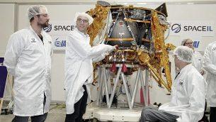 یاریو باش، راست، یوناتان ویناتراب، وسط، کفیر داماری، بنیانگزار اسپاسل، در ۱۷ دسامبر ۲۰۱۸ یک کپسول زمان را در سفینه فضایی در-ابتدا کار می گذارند. (Yoav Weiss)