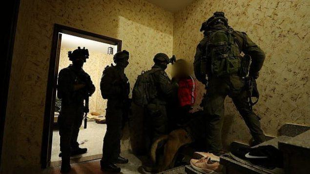 تصویر: سربازان اسرائیلی خانه مرد فلسطینی در حبرون، که مظنون به قتل اوری انسبخر در اورشلیم است را در ۱۰ فوریه ۲۰۱۹ اندازه می گیرند. (Israel Defense Forces)