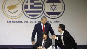 تصویر: بنیامین نتانیاهو نخست وزیر، چپ، آلکسیس تزیپراس همتای یونانی وی، راست، و نکیوس کازانتزاکیس رئیس جمهور قبرس در پنجمین نشست اسرائیل – قبرس – یونان، برای امضای توافقات سه جانبه سایبری و نوآوری، در بئرشبا، اسرائیل، ۲۰ دسامبر ۲۰۱۸. (Menahem Kahana/AFP)