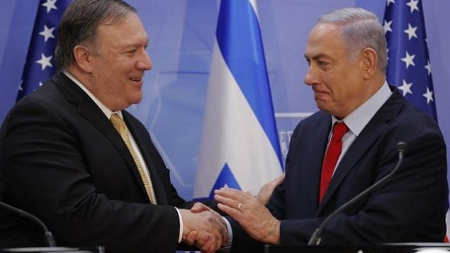 تصویر: مایک پمپئو وزیر خارجه ایالات متحده، چپ، و بنیامین نتانیاهو نخست وزیر حین دست دادن پس از ایراد بیانیه مشترکی طی در دیدار ایشان در اورشلیم، ۲۰ مارس ۲۰۱۹. (Jim Young/AFP)