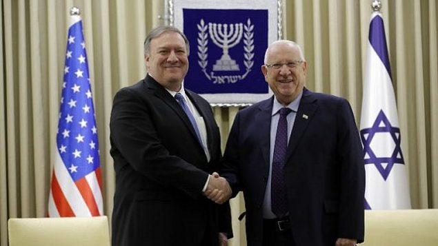 تصویر: مایک پمپئو وزیر خارجه ایالات متحده، چپ، و روئن ریولین حین دست دادن در دیدار این دو در اورشلیم، ۲۱ مارس ۲۰۱۹. (JIM YOUNG / POOL / AFP)