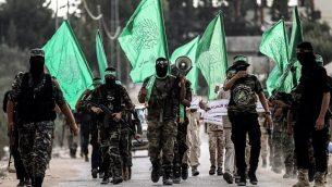 تزئینی: کادر جوانان ماسکدار شاخه نظامی گروه تروریستی حماس در شهر خان یونس، جنوب نوار غزه رژه می روند، ۱۵ سپتامبر ۲۰۱۷. (AFP Photo/Said Khatib)