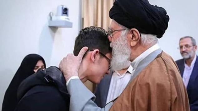 تصویر: آیت الله علی خامنه ای هنگام ملاقات با آرین غلامی بازیکن شطرنج، ۲۴ فوریه ۲۰۱۹.  (Iranian media)