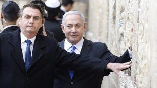 تصویر: جایر بولسونارا، چپ، و بنیامین نتانیاهو نخست وزیر در شهر قدیم اورشلیم، به دیوار ندبه، مقدس ترین مکانی که یهودیان در آن امکان عبادت دارند، دست می کشند، ۱ آوریل ۲۰۱۹.  (Menahem KAHANA / POOL / AFP)