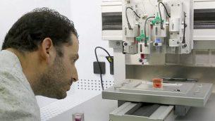 دکتر اصاف شاپیرا به پرینت سه-بعدی قلب با بافت انسانی در دانشگاه تل آویو می نگرد، ۱۵ آوریل ۲۰۱۹. (JACK GUEZ / AFP)