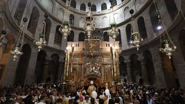 پیر باتیستا پیزابلا، وسط، اسقف اعظم کلیسای کاتولیک رم، مراسم یکشنبهٔ عید پاک را در کلیسای مرقد مقدس در شهر قدیم اورشلیم را رهبری می کند، ۲۱ آوریل ۲۰۱۹. (GALI TIBBON / AFP)