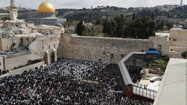۲۲ آوریل ۲۰۱۹، عبادت کنندگان یهودی در مراسم آمرزش ربانی در تعطیلات عید پسح، پای دیوار ندبه در شهر قدیم اورشلیم گرد آمدند. (Thomas COEX / AFP)