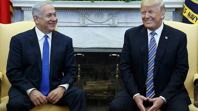 دونالد ترامپ رئیس جمهور ایالات متحده، راست، در ملاقات با بنیامین نتانیاهو نخست وزیر اسرائیل در اتاق بیضی کاخ سفید، ۵ مارس ۲۰۱۸، واشنگتن. (AP/Evan Vucci)