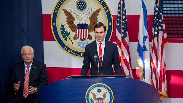 جراد کوشنر، مشاور ارشد رئیس جمهور ایالات متحده (راست) حین سخن گفتن، و دیوید فریدمن، سفیر ایالات متحده در اسرائیل، حین نظاره، در مراسم رسمی گشایش سفارت ایالات متحده در اورشلیم، ۱۴ مه ۲۰۱۸.  (Yonatan Sindel/Flash90)