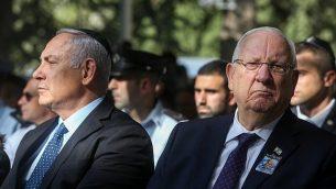 روئن ریولین رئیس جمهور، راست، و بنیامین نتانیاهو نخست وزیر در مراسم یادبود بیست و سومین سال ترور ایتسخاک رابین نخست وزیر، در آرامگاه مونت هرزل، اورشلیم، ۲۱ اکتبر ۲۰۱۸.  (Marc Israel Sellem/Pool)