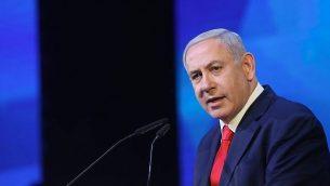 بنیامین نتانیاهو نخست وزیر حین سخنرانی در مراسمی به افتخار خانواده سربازانی که در جنگ کشته شده اند، ۱۴ آوریل ۲۰۱۹. (Noam Revkin Fenton/Flash90)