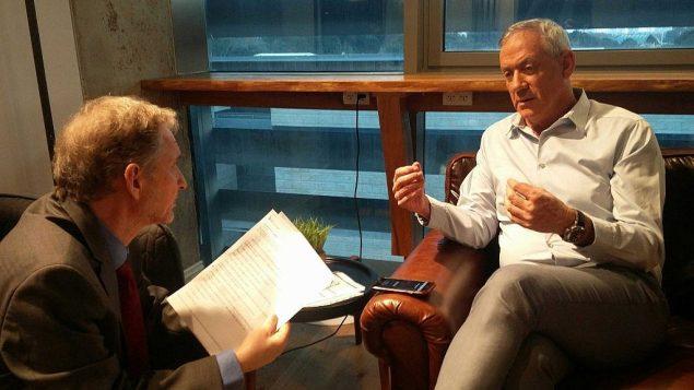 تصویر: دیوید هورویتز سردبیر تایمز اسرائیل در مصاحبه با بنی گانتز رهبر «آبی و سفید» در تل آویو، ۲ آوریل ۲۰۱۹. (Raoul Wootliff/Times of Israel)