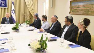 نمایندگان حزب یسرائیل بیتینو در اقامتگاه ریاست جمهوری در اورشلیم با رئیس جمهور روئن ریولین ملاقات می کنند، ۱۶ آوریل ۲۰۱۹. (Mark Neiman/GPO)
