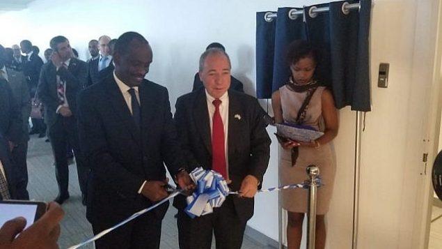 تصویر: ریچارد سیزبرا وزیر خارجه روآندا، چپ، و یوآل روتم دبیرکل وزرات خارجه اسرائیل حین گشایش سفارت تازه اسرائیل در کیگالی، رواندا، ۱ آوریل ۲۰۱۹. (courtesy MFA)