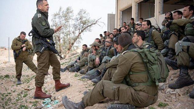 در عکسی که نیروهای دفاعی اسرائیل در ۲۶ فوریه ۲۰۱۹ منتشر کردند، آویو کوهاوی رئیس ستاد، دومی از چپ، طی یک مانور فوری در پایگاه تزیلیم در جنوب اسرائیل برای تمرین زدوخوردهای احتمالی آتی ارتش در نوار غزه، با سربازان گفتگو می کند. (Israel Defense Forces)